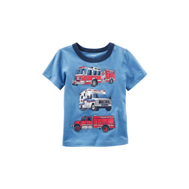 2221739ec Que tu bebé se sienta cómodo y fresco con esta linda camiseta manga corta  100% algodón de la marca Carters con gráficos de bomberos.